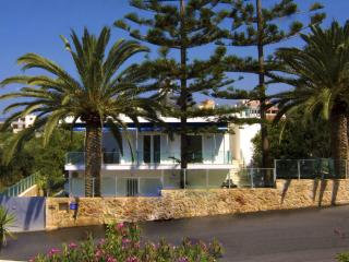 Luxury Family Villa, steps from seaside & village, Galatas
