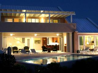 Contemporary 3 BR-Fabulous Sandy Beach/Pool/Kayaks, Providenciales