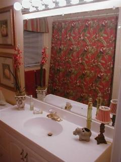 Bright, Festive Bathroom