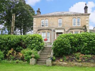 LIBBY'S PLACE, romantic, country holiday cottage, with a garden in Haworth, Ref 4282