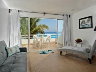 A lovely oceanfront one bedroom condo, Miramar 201, Cozumel