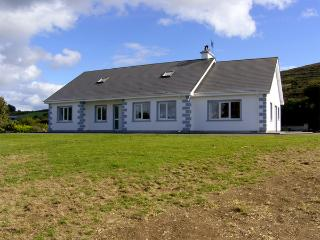 ISLAND VIEW COTTAGE, family friendly, with a garden in Bantry, County Cork, Ref 4316