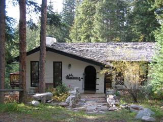Mountain Cottage w/ Views & Private Hot Tub!, Breckenridge