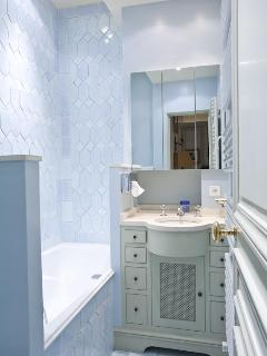 Blue bathroom for the Pompadour living room