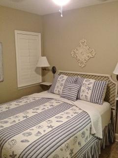 Cozy Bedroom, queen bed and flat screen TV