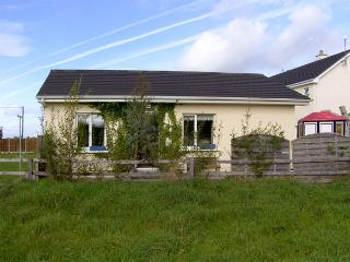 BURREN VIEW, romantic, country holiday cottage, with a garden in Kinvara, County