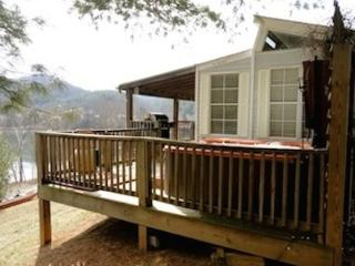 Driftwood Cottage with great lake and mtn views, hot tub and canoe!