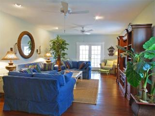 Spacious Bch Retreat w Hot Tub, Isle of Palms