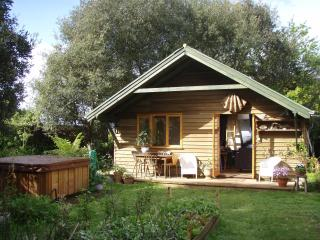BANTHAM LODGE.HOT SPA.NEAR  BEACH.SLEEPS UPTO 6., Bantham
