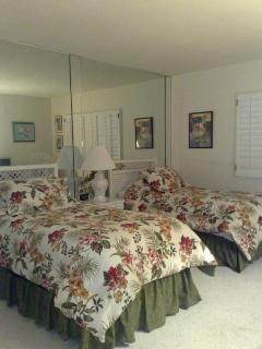 Guest with twin beds, TV and bath