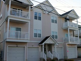 $200 OFF Rate August 4 to 11-Clean Condo, Block to Beach, Boardwalk, Fireworks