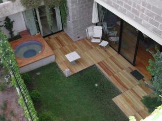 Garden, deck, jacuzzi.