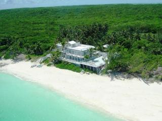 CELEBRITY BEACHFRONT VILLA & BOAT - 7BR, SLEEPS 18, Exuma