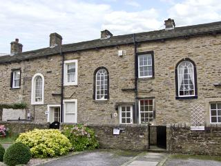 TOWN COTTAGE, romantic, country holiday cottage, with a garden in Skipton, Ref 4363