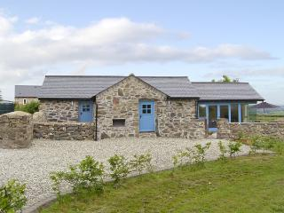 BWTHYN GWYN, family friendly, country holiday cottage, with a garden in Penmynydd, Ref 3876