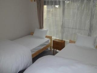 Bedroom 2 (Single bed x 2)