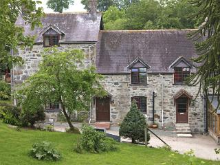 RHIWLAS COTTAGE, family friendly, character holiday cottage, with a garden in, Llanwddyn