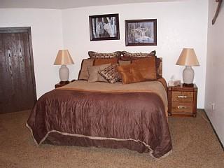 Bovenverdieping slaapkamer.  Gewelfd plafond.  Plafondventilator.