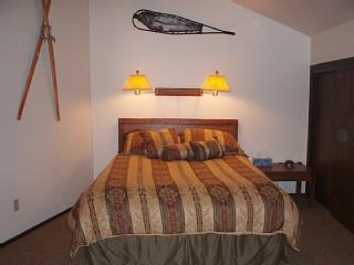 Loft slaapkamer.  Queensize bed en volledige grootte futon.  Gewelfd plafond.