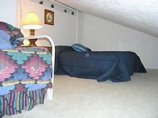 Optionele lock is uitgeschakeld bunkroom met volledige size bed en 2 enkele bedden.  Hellend plafond.  $25 extra per noc.
