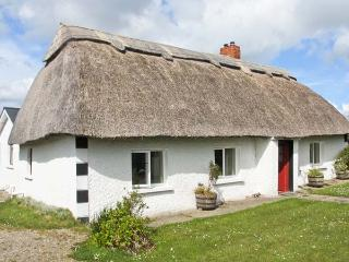 STRAWHALL, family friendly, character holiday cottage, with a garden in Gorey