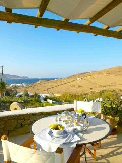 Tranquility with silver service: Hill and sea view
