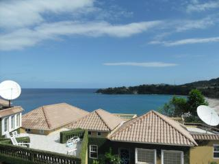 The big white villa with private pool & jacuzzi., Ocho Rios