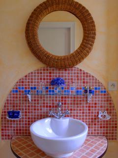 Pedestal sink in \'Hossegor\' bathroom