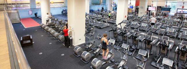 PRIVATE GYM + SWIMMING POOL A 5 MINUTE.WALK AWAY. THERE IS AN ENTRY FEE TO USE THE FACILITIES.