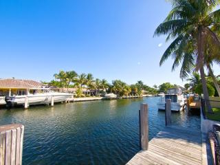4 Beds 3 baths Villa on Canal upscale community!C, Miami Beach