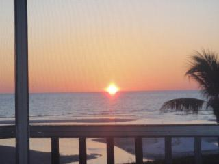 Ft Myers Beach - Gulf Front 2BR Condo