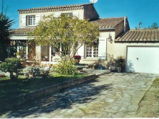 2 Bedroom Villa with parking, garden 5 min center, St-Rémy-de-Provence