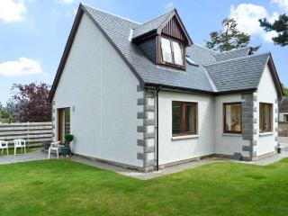 BRUACH GORM COTTAGE, pet friendly, country holiday cottage, with a garden in Gra