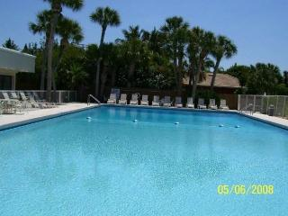 BEACHFRONT VENICE CONDO: DISCOUNTED LOW RATES, OLYMPIC POOL, FREE Wi-Fi, SUNSETS