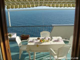 Casa Raffaela A - apartment with seaview terrace, WIFI and garage, Praiano