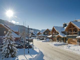 Montebello 3 BR 3.5 BA condo: private hot tub, luxurious amenities, Whistler