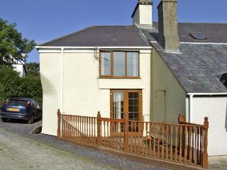 BRYN GOLEU, pet friendly, character holiday cottage, with a garden in Llanfaethl