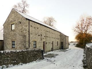 2 PRIMITIVE MEWS, pet friendly, character holiday cottage, with open fire in Che