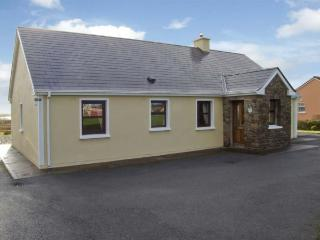 LINKS VIEW, pet friendly, with a garden in Ballinskelligs, County Kerry, Ref 447