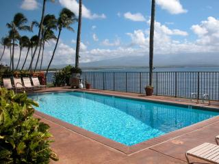 Best Oceanfront, LAULOA, Remodeled, Curved UHD-TV, WIFI, HD-TV in Master Bedroom