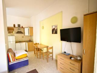 Studio 'RED' (Air Conditioning, LCD HD TV, fridge, freezer, microwave, coffe machine...)