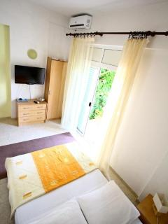 Studio 'RED' (Air Conditioning,, LCD HD TV, fridge, freezer, microwave, coffe machine...)