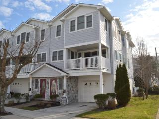 3 Story Townhouse: 1 Block to Beach and Boardwalk!, Wildwood