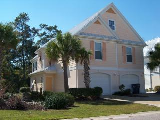 SPACIOUS 5BR 4.5 BATH, 2 KICHENS 2 DENS, 2 GOLF CARTS, MULTIPLE ON SITE POOLS