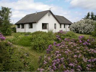 SAIL MHOR VIEW, pet friendly, country holiday cottage, with a garden in