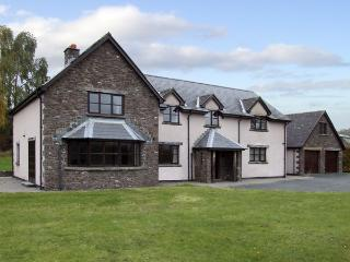 BRYNICH VILLA, family friendly, country holiday cottage, with a garden in