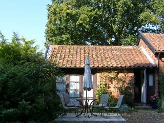 BLUEBELL STUDIO, romantic, country holiday cottage, with a garden in Waldringfie
