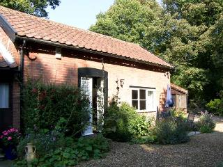 DAFFODIL COTTAGE, romantic, country holiday cottage, with a garden in
