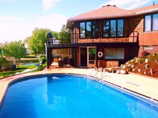 HOME ON the NIAGARA RIVER - POOL - HOT TUB  Near Niagara Falls  RIVERVIEW 4 Br
