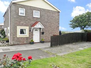 SUNSET COTTAGE, pet friendly, with a garden in Beadnell, Ref 4519